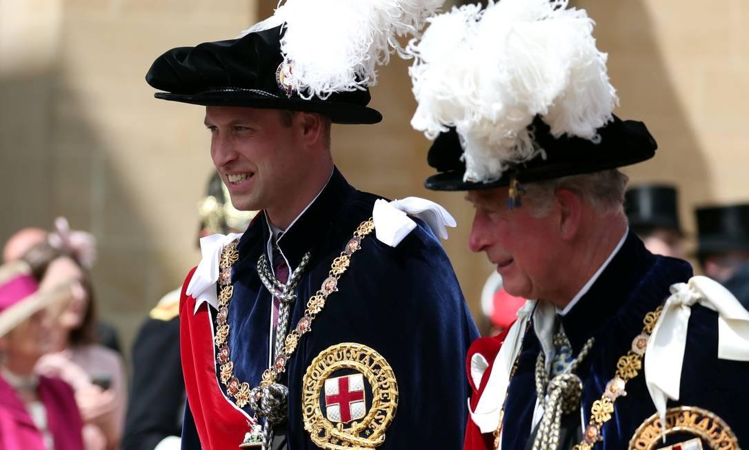 O princípe Charles e o filho William, membros da ordem, participam da cerimônia no Castelo de Windsor. Eles são respectivamente o primeiro e o segundo na linha de sucessão ao trono Foto: Steve Parsons / POOL / REUTERS