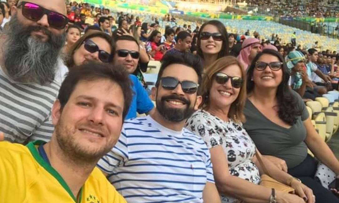 A subsecretária Cláudia Mattos Raybolt (de blusa cinza à direita) ao lado da superintendente Maria Verônica no Maracanã Foto: Divulgação