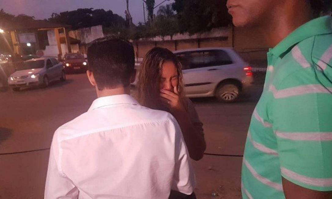 Uma parente de Danielle chora após saber que ela não deixaria a prisão Foto: Marcos Nunes