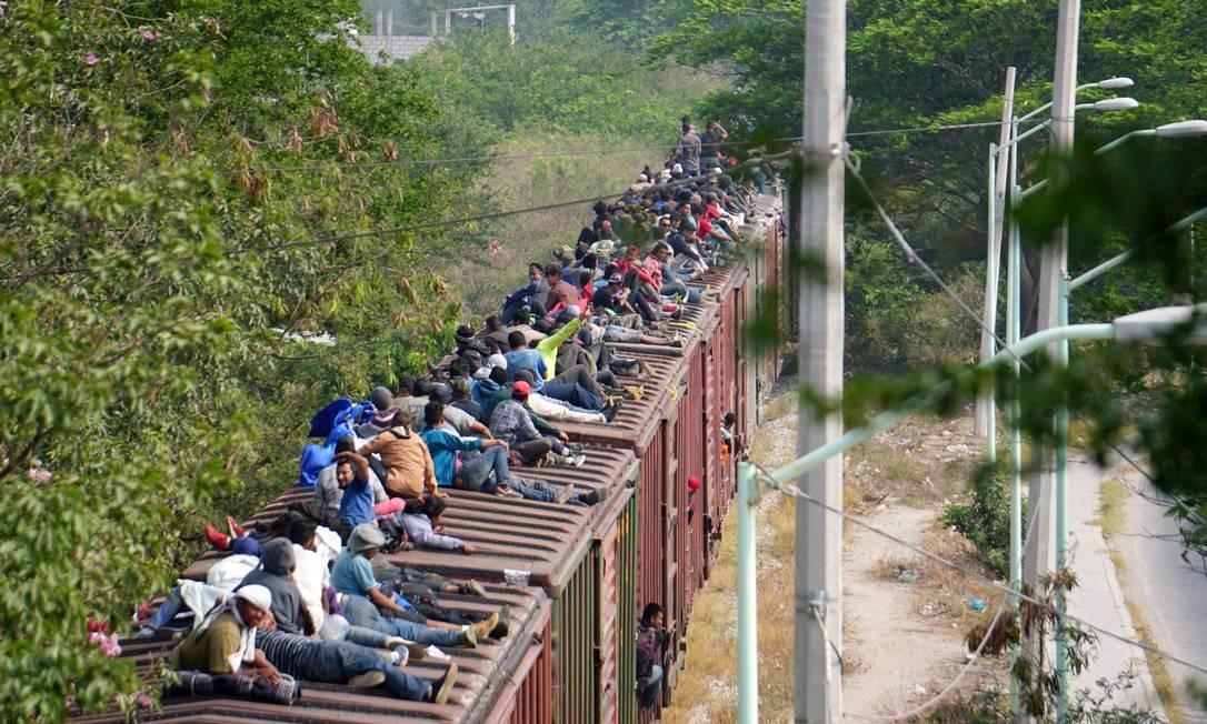 """Migrantes da América Central em cima de um trem conhecido como """"A Besta"""", em sua jornada para os Estados Unidos Foto: Jose de Jesus Cortes / REUTERS"""