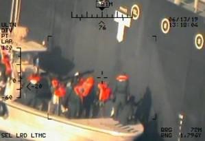 Imagem divulgada pelo Pentágono: de acordo com os EUA, membros da Guarda Revolucionária iraniana aparecem removendo uma mina que não explodiu no navio japonês Kokuka Courageous, no Golfo Pérsico Foto: US NAVY / REUTERS