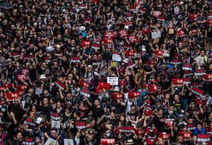 Vestidos com camisas pretas e gritos de guerra contra o governo, jovens lideram os protestos contra a lei de extradição e contra a Chefe do Executivo, Carrie Lam. A esperança é de que, ao contrário de 2014, os protestos levem a mudanças sensíveis em Hong Kong Foto: LAM YIK FEI / New York Times