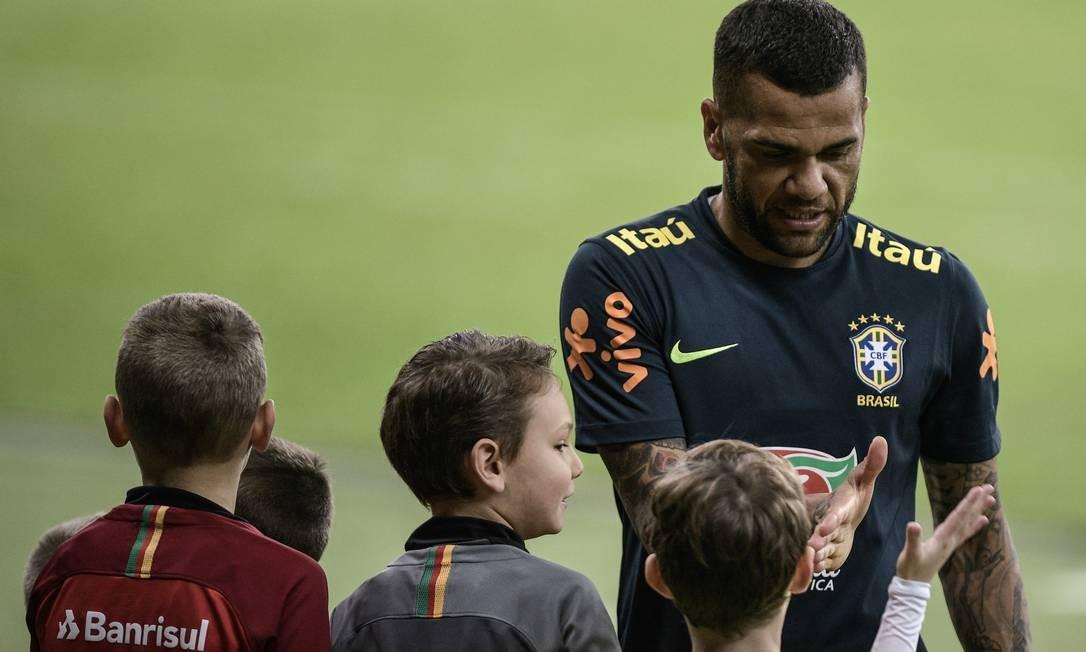 Daniel Alves atende torcedores em treino aberto da seleção Foto: Pedro Martins / Pedro Martins / MowaPress