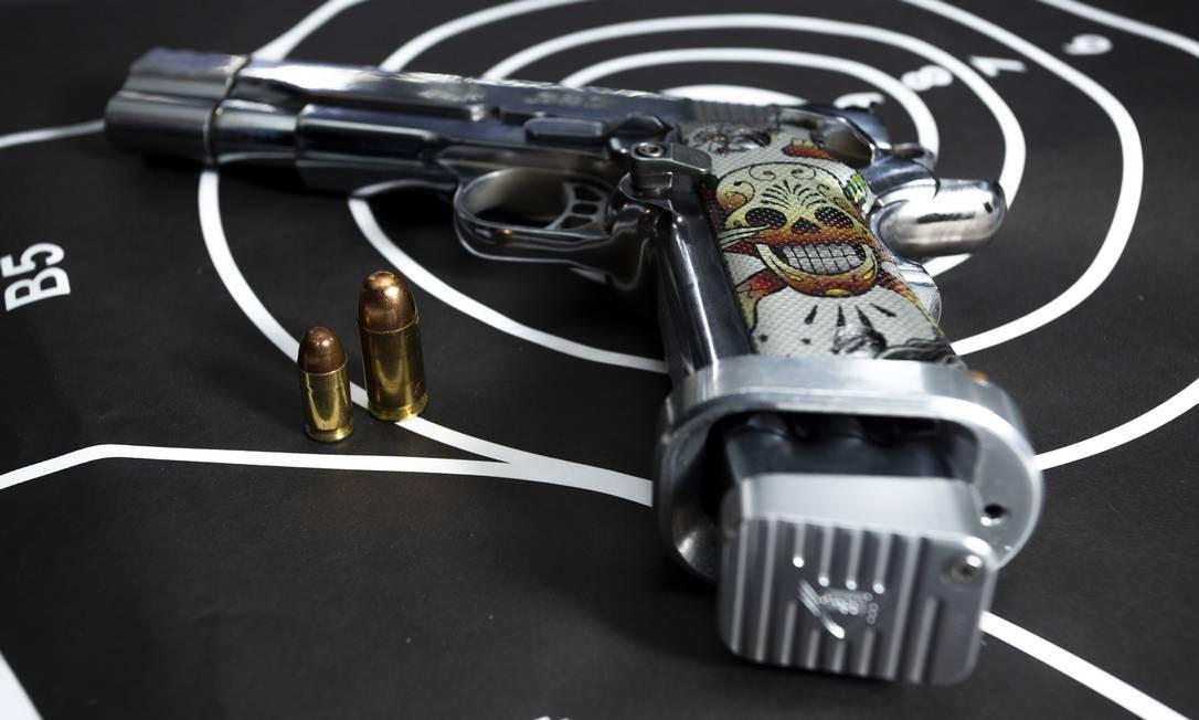 Nova legislação abriu a possibilidade para o porte de armas de maiores calibres Foto: Bruno Kaiuca / Agência O Globo