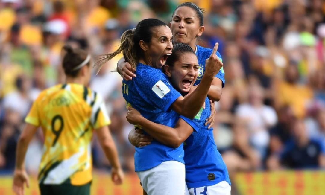 Marta é abraçada por companheiras após marcar contra a Austrália Foto: PASCAL GUYOT / AFP