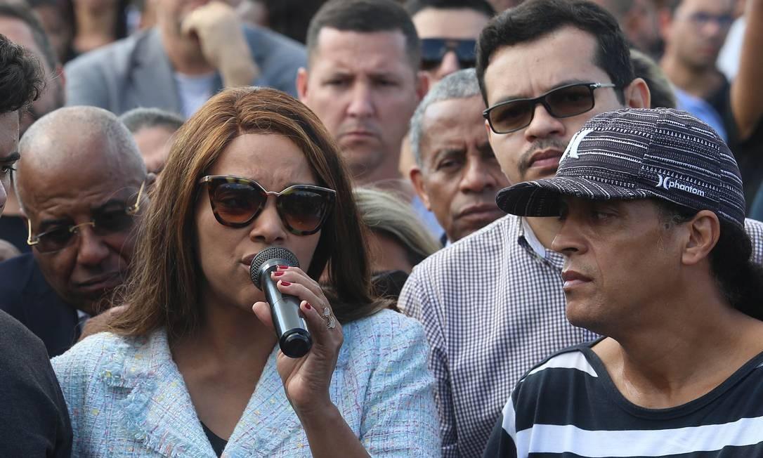 Flávio de Souza (atrás de homem com boné) tinha um mandado de prisão pendente por violência doméstica e foi preso durante o sepultamento do corpo de Anderson Foto: Fabiano Rocha / Agência O Globo