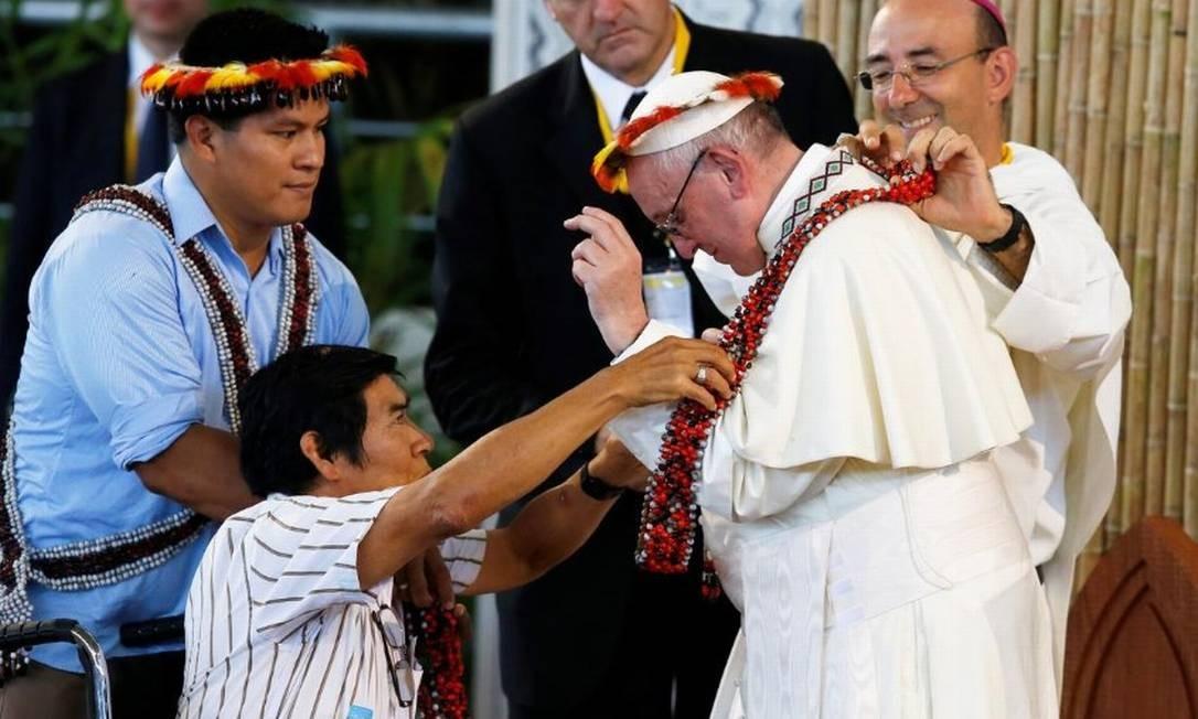 Papa Francisco recebe colar indígena durante visita a Puerto Maldonado, no Peru Foto: Henry Romero/Reuters/19-1-2018