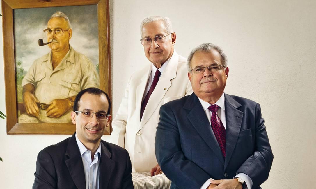 A Odebrecht foi fundada por Norberto Odebrecht (atrás na foto, de terno claro), avô de Marcelo (à esquerda), hoje em prisão domiciliar, e pai de Emílio (à direita), em foto na frente de quadro do patriarca da família, também chamado Emílio. Foto: Acervo Odebrecht