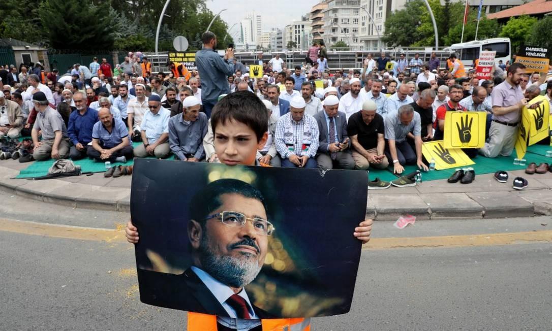Na Turquia foi organizado um funeral simbólico para Mohamed Mursi, o ex-presidente do Egito que estava preso e que morreu logo após audiência no tribunal Foto: ADEM ALTAN / AFP