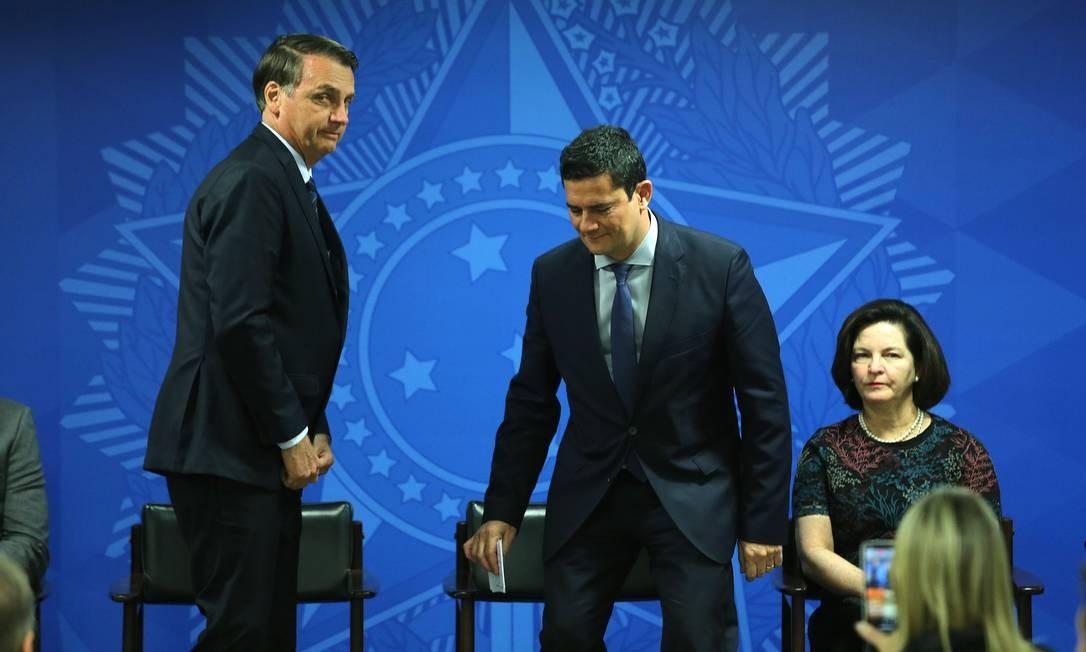 O presidente Jair Bolsonaro, ao lado do Ministro da Justiça, Sergio Moro, e da Procuradora geral da República, Raquel Dodge, durante a solenidade de assinatura da MP para confisco de bens de traficantes Foto: Jorge William / Agência O Globo