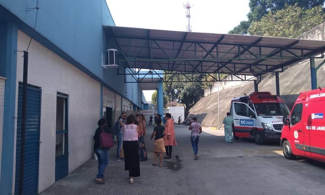 Familiares das vítimas aguardam na entrada do Hospital Moacyr do Carmo Foto: Geraldo Ribeiro / Agência O Globo