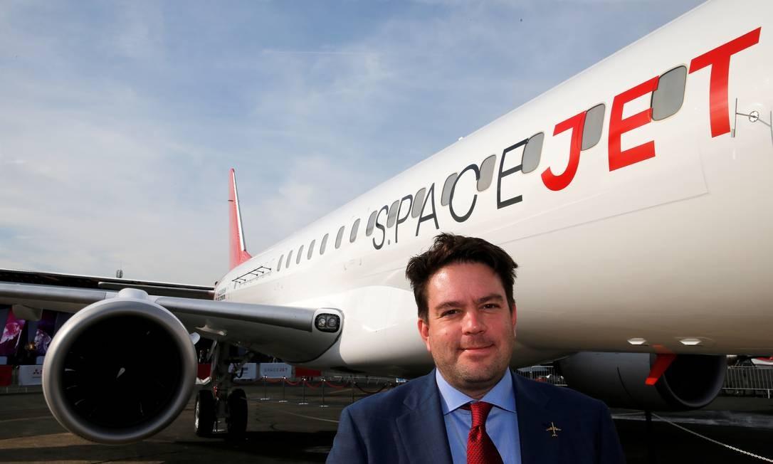 O chefe de Desenvolvimento da Mitsubishi Aircraft Corporation, Alex Bellamy, e o SpaceJet M100, potencial concorrente da Embraer Foto: PASCAL ROSSIGNOL / REUTERS