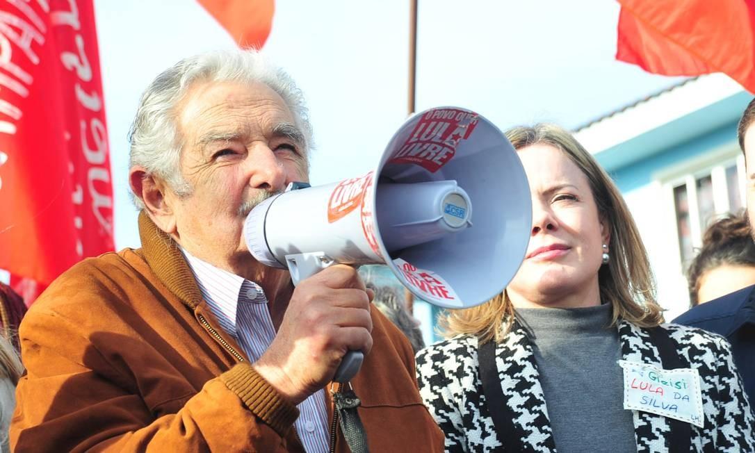 O ex-presidente do Uruguai, José Mujica, ao lado da senadora Gleise Hoffmann visitam Lula na prisão - 21/06/2018 Foto: Código 19 / Agência O Globo / Agência O Globo
