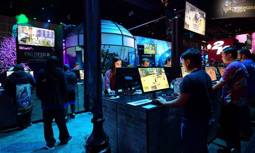 Gamers jogam Final Fantasy na feira E3, em Los Angeles: atualização de um clássico em 2020. Foto: FREDERIC J. BROWN / AFP
