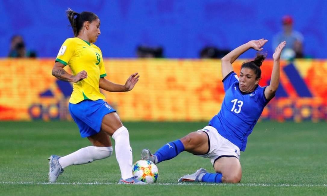 Italiana Elisa Bartoli tenta tirar a bola da brasileira Debinha Foto: PHIL NOBLE / REUTERS