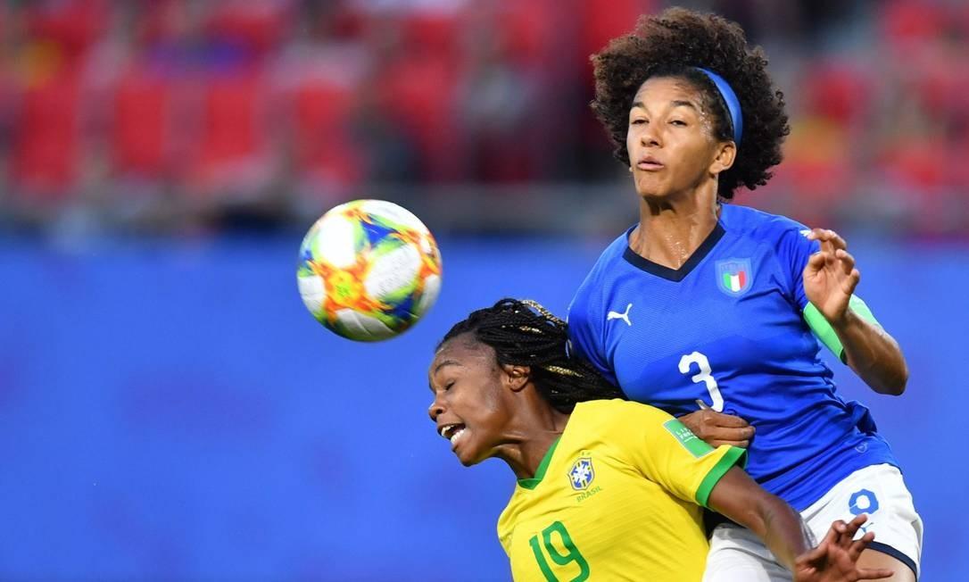 Ludmila disputa bola com a italiana Sara Gama Foto: DENIS CHARLET / AFP