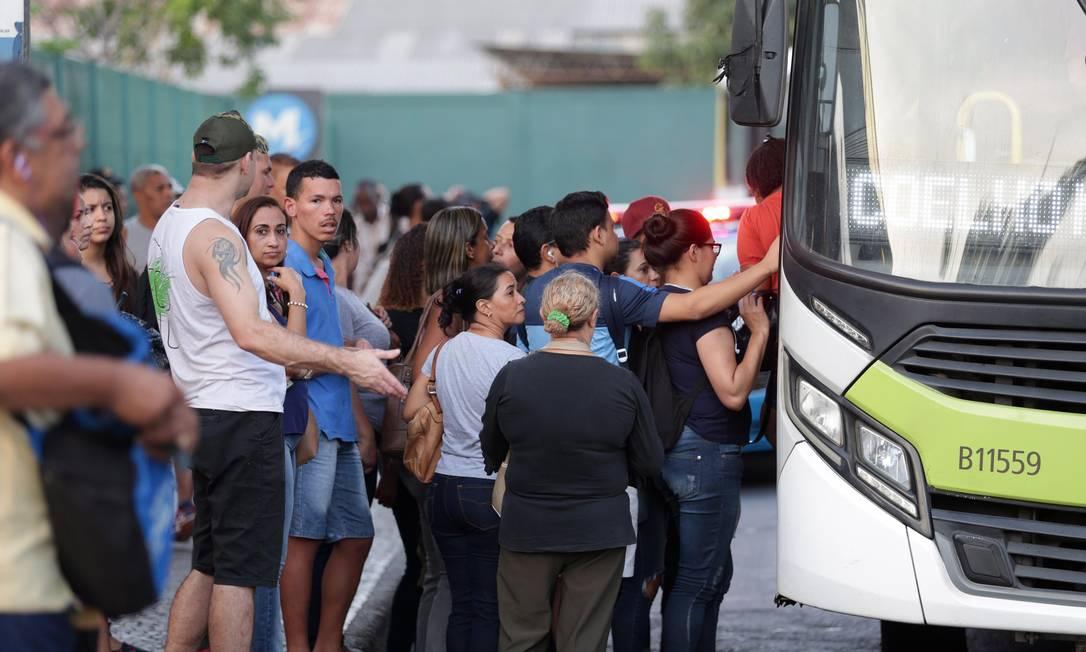 Passageiros aguardam ônibus em ponto no Rio de Janeiro Foto: Márcio Alves / Agência O Globo (11/06/2018)