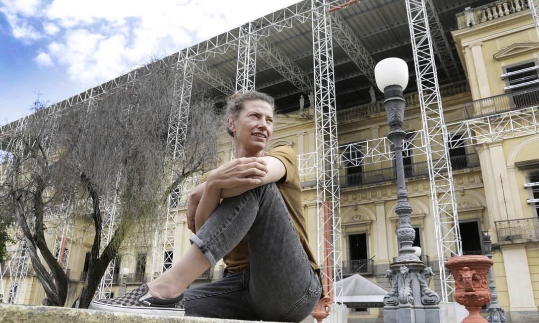 Elisabetta Canna diante do Museu Nacional, atingido por um incêndio em setembro do ano passado: cooperação internacional Foto: Marcos Ramos / Agência O Globo