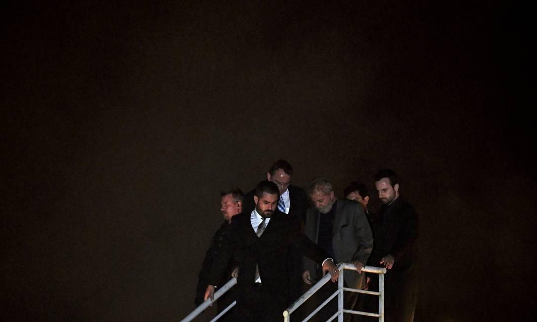 PRISÃO - O ex-presidente Lula se entrega à Polícia Federal após ter sua prisão determinada pela Justiça. Ele é levado no dia 07 de abril para a Superintendência da Polícia Federal em Curitiba para cumprir pena Foto: MAURO PIMENTEL / AFP