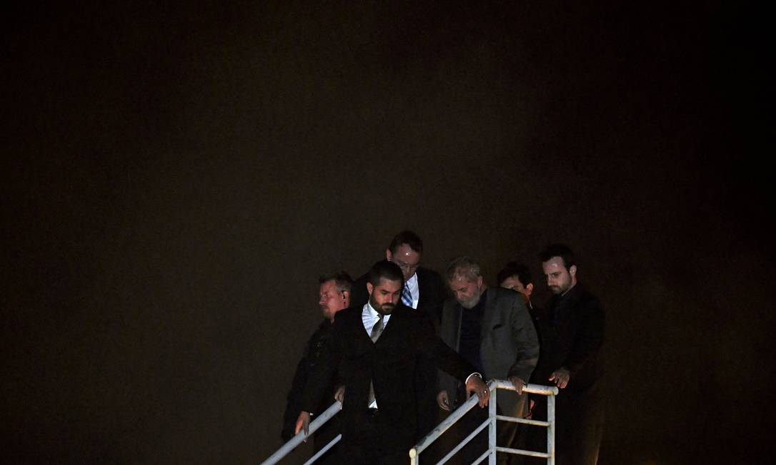 PRISÃO - Em 2018, o ex-presidente Lula se entrega à Polícia Federal após ter sua prisão determinada pela Justiça. Ele é levado no dia 07 de abril para a Superintendência da Polícia Federal em Curitiba para cumprir pena Foto: MAURO PIMENTEL / AFP