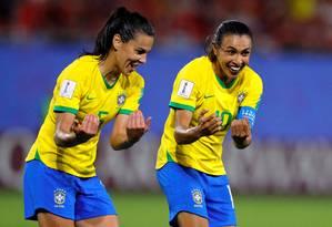 Marta comemora com Thaisa o gol da vitória do Brasil sobre a Itália Foto: PHIL NOBLE / REUTERS