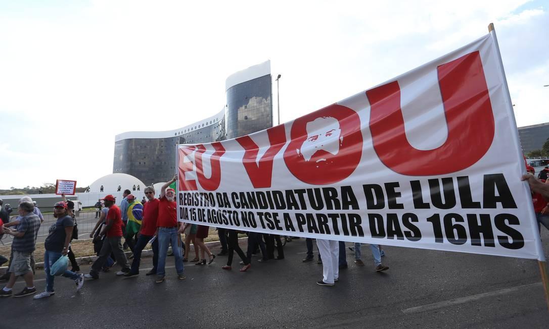 Marcha do Movimento dos Sem-Terra em defesa da candidatura de Lula, em frente ao Tribunal Superior Eleitoral (TSE) - 15/08/2018 Foto: Ailton de Freitas / Agência O Globo