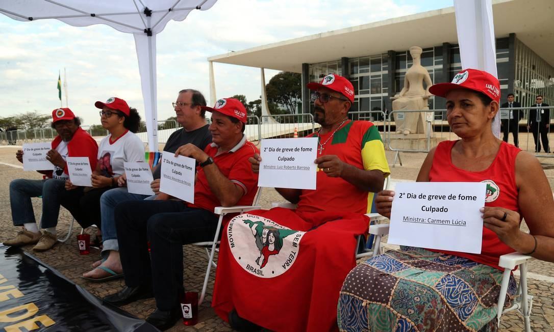 Manifestantes fazem greve de fome a favor da libertação do ex-presidente Lula em frente ao Supremo Tribunal Federal (STF) - 01/08/2018 Foto: Givaldo Barbosa / Agência O Globo