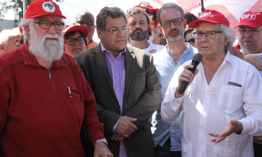 Adolfo Pérez Esquivel, Nobel da Paz de 1980, e o teólogo Leonardo Boff visitam o acampamento Lula Livre após tentativa frustrada de visitar o ex-presidente na PF - 19/04/2018 Foto: Dirceu Portugal / Fotoarena / Agência O Globo