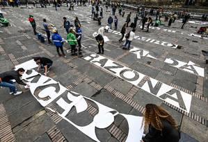 Ativistas protestam com nomes de líderes sociais mortos na Colômbia nos últimos três anos, na praça Simon Bolivar, em Bogotá Foto: JUAN BARRETO / AFP
