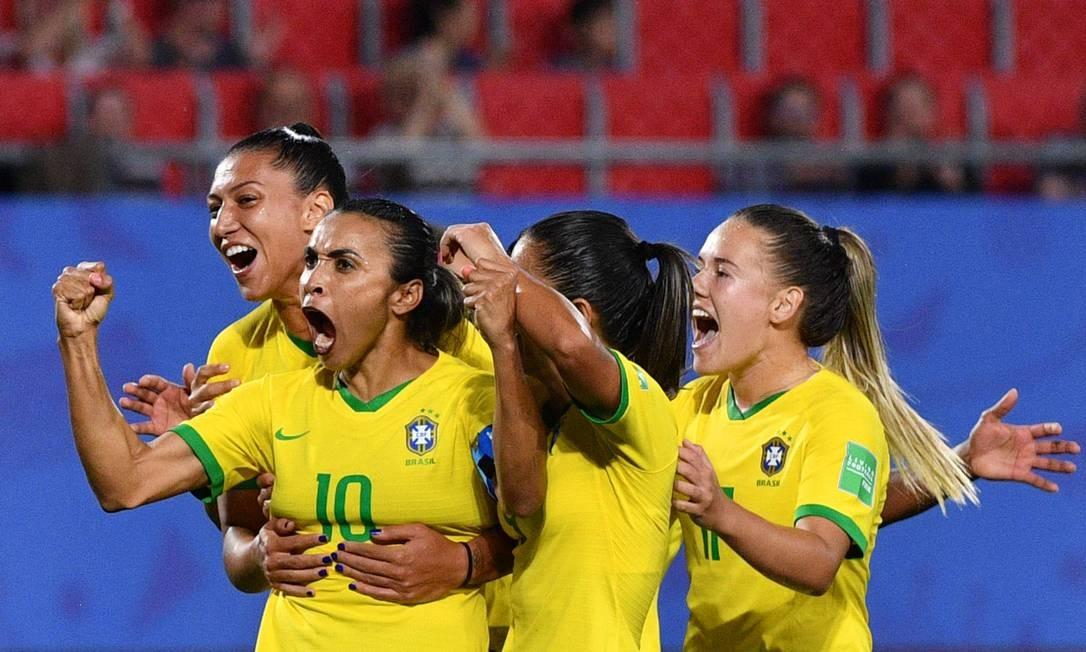 Camisa 10, Marta comemora com as companheiras o gol da vitória sobre a Itália Foto: PHILIPPE HUGUEN / AFP
