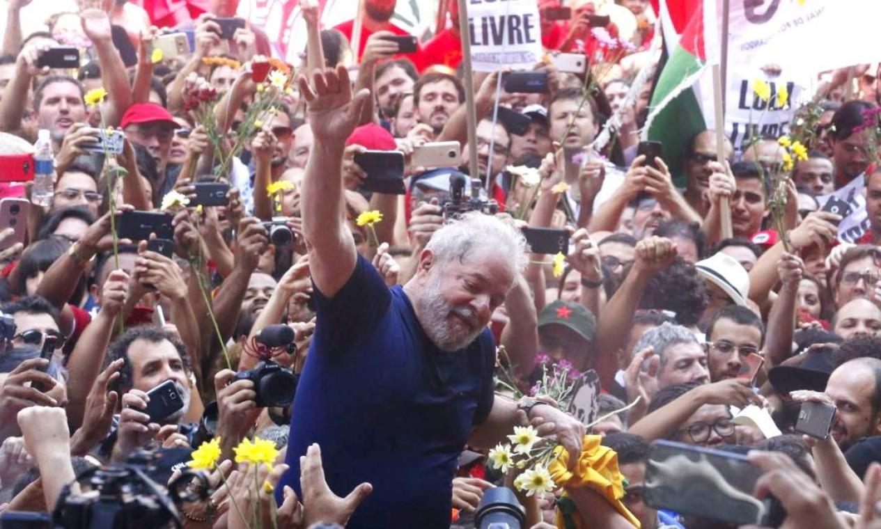 Antes de se entregar, ele foi homenageado por simpatizantes na sede do Sindicato dos Matalúrgicos, no ABC Paulista, após a realização de uma missa Foto: Marcos Alves / Agência O Globo