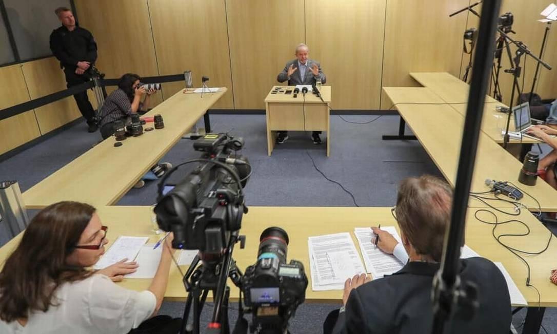 Lula concede, em 26 de abril deste ano, sua primeira entrevista na prisão Foto: Reprodução / Facebook