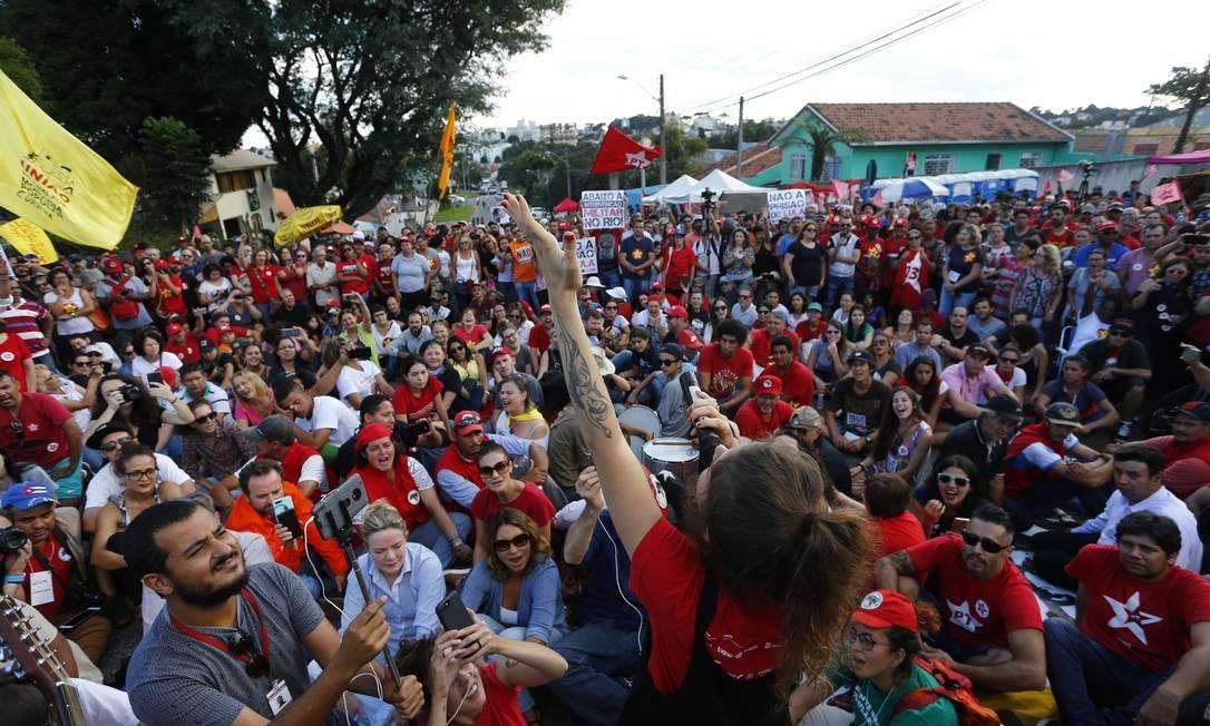 Manifestantes pró-Lula acampam no entorno do prédio da Polícia Federal em Curitiba - 08/04/2018 Foto: Pablo Jacob / Agência O Globo