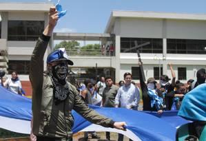 Ativistas participam de manifestação para exigir libertação de presos na Universidade Centro-Americana em Manágua Foto: MAYNOR VALENZUELA / AFP