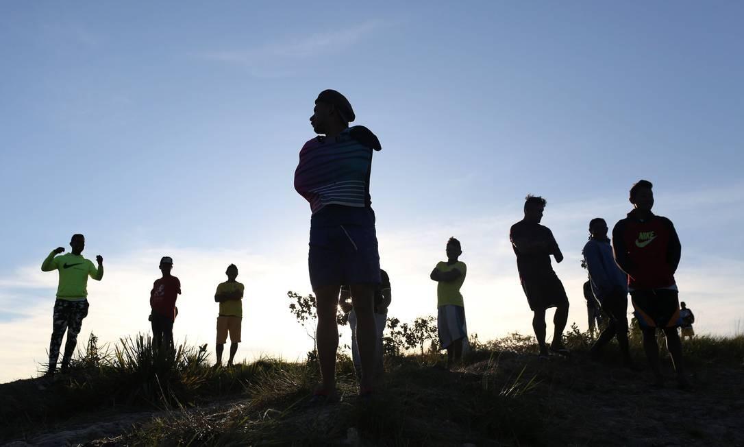 Grupo de venezuelanos na fronteira entre Venezuela e Brasil, perto da cidade de Pacaraima-RR. Dos cerca de 80 mil pedidos de refúgio recebidos no Brasil em 2018, 61.600 vieram de venezuelanos. Foto: BRUNO KELLY / Reuters