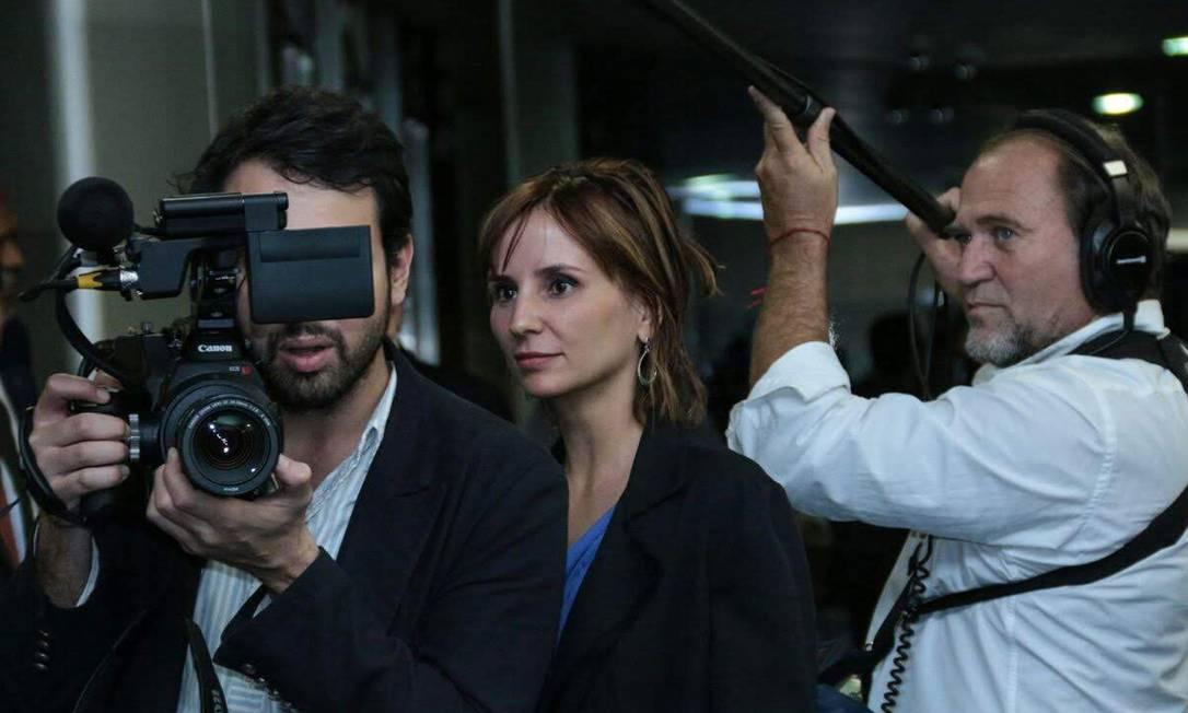 A diretora Petra Costa acompanha a gravação de uma cena do documentário Democracia em vertigem Foto: Terceiro / Agência O Globo