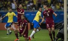 Jesus corre para comemorar o gol que seria anulado pelo árbitro Foto: Guito Moreto