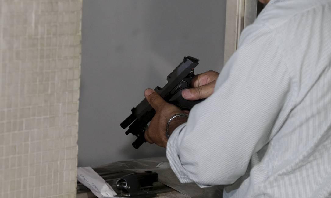 As cápsulas da arma apreendida foram comparadas com as achadas no local do crime e já há uma indicação de padrão balístico o que indicaria ser a arma usada no assassinato Foto: Domingos Peixoto / Agência O Globo
