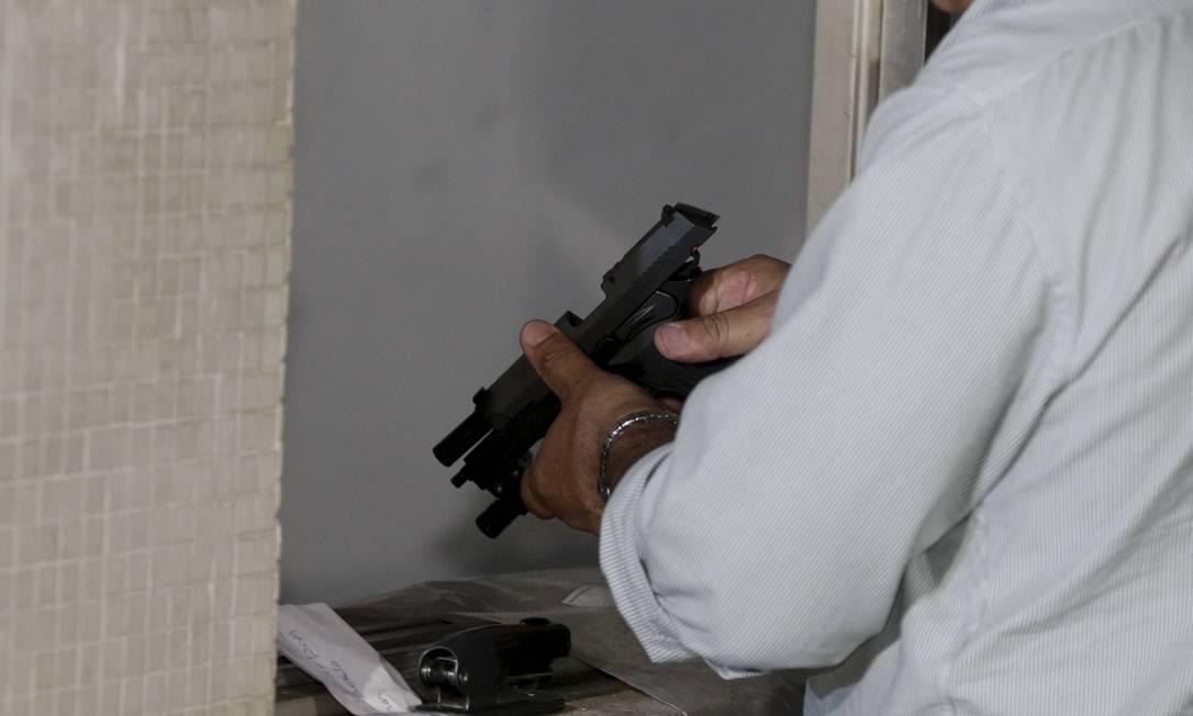 Laudo do Instituto de Criminalística Carlos Éboli (ICCE) confirmou que a pistola encontrada na casa de Flordelis foi usada na morte do pastor Anderson do Carmo Foto: Domingos Peixoto / Agência O Globo