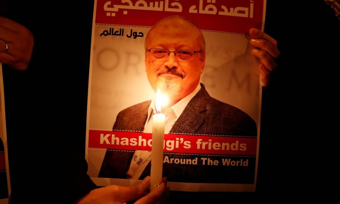 Manifestante carrega uma vela em homenagem ao jornalista assassinado Foto: Osman Orsal / REUTERS