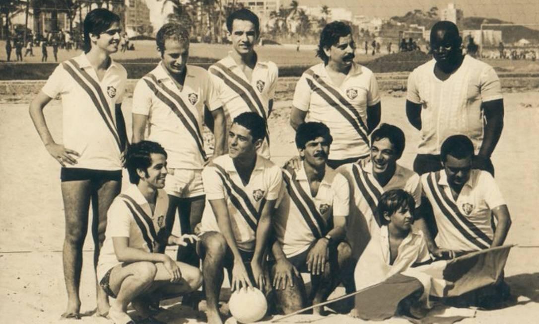 Chico com a camisa do Fluminense entre outros craques da música como Dori Caymmi, Toquinho e Nelson Motta Foto: Infoglobo