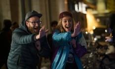 Seth Rogen e Charlize Theron em cena do filme 'Casal improvável' Foto: Philippe Bosse / Divulgação
