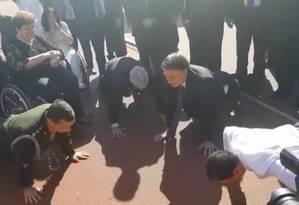 Acompanhado do ministro Augusto Heleno e do governador de São Paulo, João Doria, Jair Bolsonaro faz flexões de braço Foto: Divulgação/Presidência da República