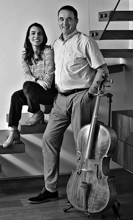 Gabriela e Jake, na escada do apartamento Foto: Guito Moreto