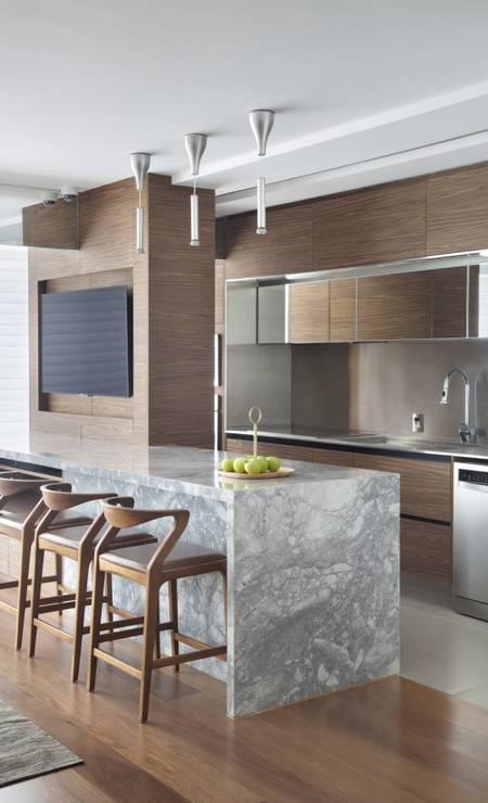 Bancada de quartzito na cozinha integrada à sala Foto: CA Studio
