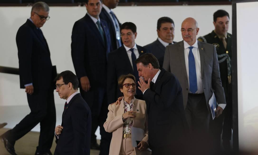 Bolsonaro e a ministra da Agricultura, Teresa Cristina, durante a cerimônia de lançamento do Plano Safra 2019/2020, que prevê a liberação de R$ 225,59 bilhões em financiamentos para pequenos, médios e grandes produtores Foto: Jorge William / Agência O Globo