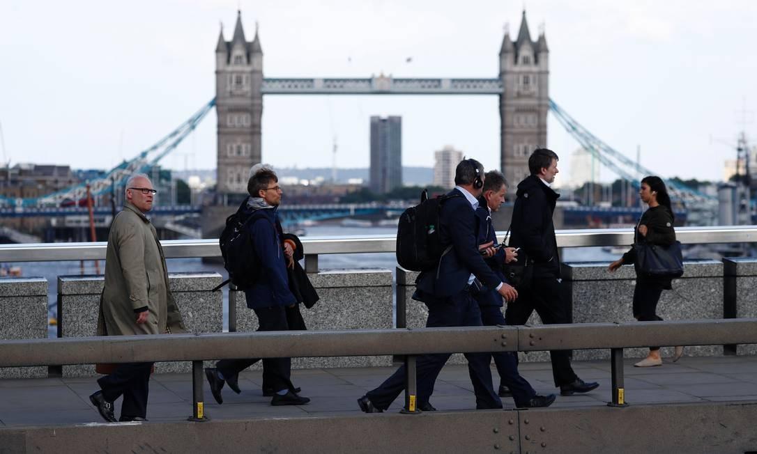 Pessoas caminham na Ponte de Londres, em 2017 Foto: ODD ANDERSEN / AFP - 06/06/2017