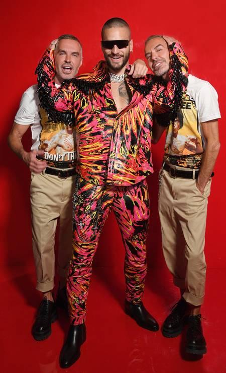 Maluma posa com os gêmeos Dean e Dan Caten, da Dsquared2 Foto: Daniele Venturelli / Getty Images for Dsquared2