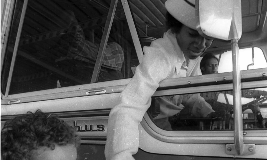Michael brinca com uma criança em sua chegada ao Brasil, em 1974 Foto: Arquivo / Agência O Globo