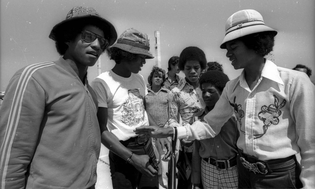 Michael Jackson, ainda adolescente, desembarca pela primeira vez no país, no aeroporto do Galeão, em 1974, acompanhado dos irmãos, com quem formava o grupo The Jackson 5. A turnê do grupo passou por capitais como Rio, Brasília, São Paulo e Belo Horizonte. Ao longo de sua trajetória artística, o astro esteve no Brasil outras duas vezes, já em carreira solo e consagrado como ícone da música internacional: em 1993 e 1996 Foto: Arquivo / Agência O Globo